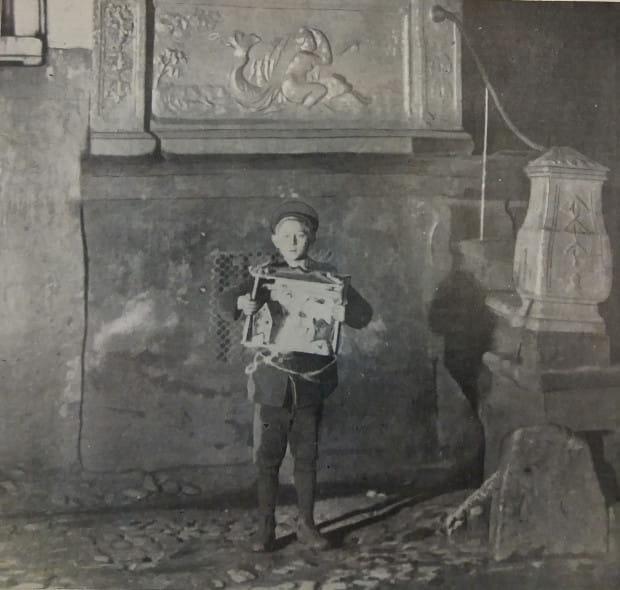 Chłopiec z własnoręcznie wykonaną szopką na ulicach Gdańska, 1926 r. Ze zbiorów PAN Biblioteka Gdańska.