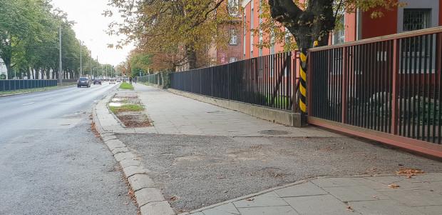 Po wschodniej stronie al. Legionów powstanie w przyszłym roku chodnik z dopuszczeniem ruchu rowerów (odcinek widoczny na zdjęciu) oraz wydzielona droga dla rowerów (od SP49 do ul. Kościuszki).