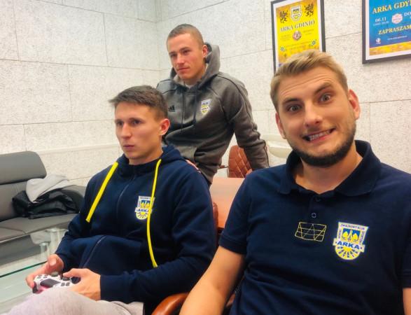 """Piłkarze Arki Gdynia często grywają z zawodnikami z sekcji e-sport. Na zdjęciu Michał Nalepa, Maciej Jankowski i Bartosz """"Bartas"""" Tritt."""