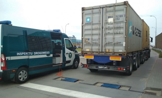 Kontrola wagi ciężarówki przeprowadzona przez ITD na al. Armii Krajowej w Gdańsku.