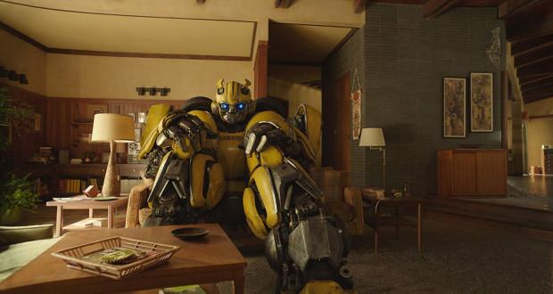 Bumblebee zmuszony jest do ucieczki z rodzinnego Cybertronu na Ziemię. Pod postacią żółtego garbusa trafia pod skrzydła nastoletniej Charlie. Dla obojga będzie to spotkanie, które wiele zmieni w ich nastawieniu i sposobie postrzegania świata.