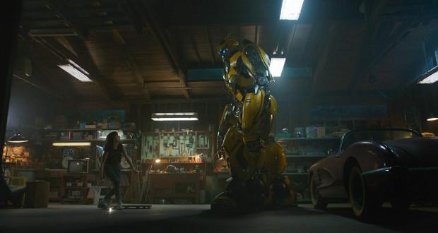 """W najnowszym filmie spod szyldu """"Transformers"""" dowiemy się m.in. jak doszło do utraty głosu przez Bumblebee. Poznamy również okoliczności jego przybycia na Ziemię i odsłonimy kulisy przyjaźni z pewną bardzo krnąbrną dziewczyną, dla której robot stanie się bliższy niż członkowie rodziny."""