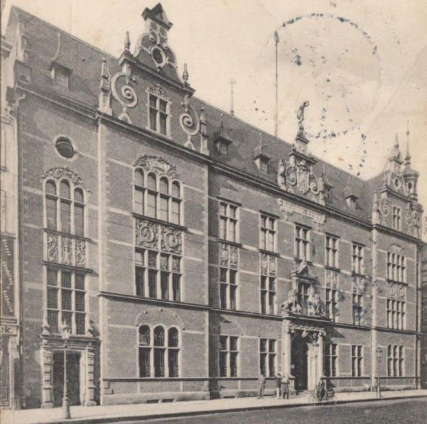 Historyczne zdjęcie budynku poczty przy ul. Długiej.