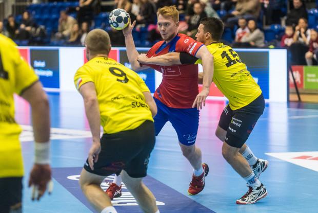 Krystian Wołowiec (w środku) nie zagra już w Wybrzeżu Gdańsk, ale lada moment może zostać zawodnikiem Arki Gdynia.