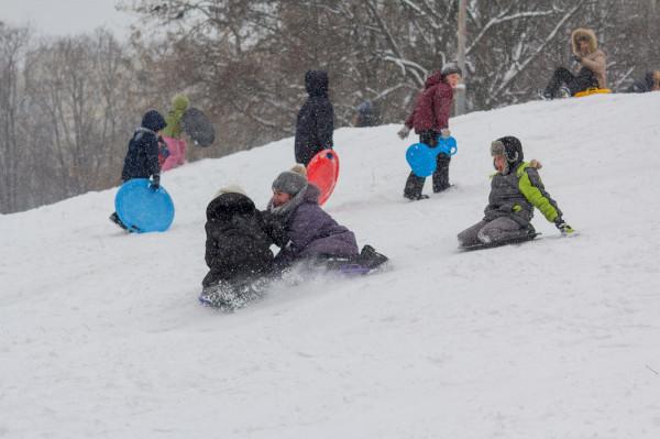 Jeśli w czasie ferii spadnie śnieg, dzieci z pewnością nie będą narzekały na nudę, tylko oddadzą się śnieżnym szaleństwom.