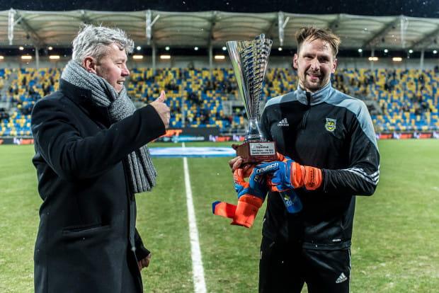 Pavels Steinbors trofeum na Najlepszego Ligowca 2017 Roku otrzymał od Michała Kaczorowskiego, prezesa Trojmiasto.pl.