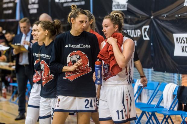 Koszykarki Politechniki dobrze zaczęły mecz z Wisłą, ale później było tylko gorzej. Na zdjęciu Martyna Koc i Martyna Pyka.