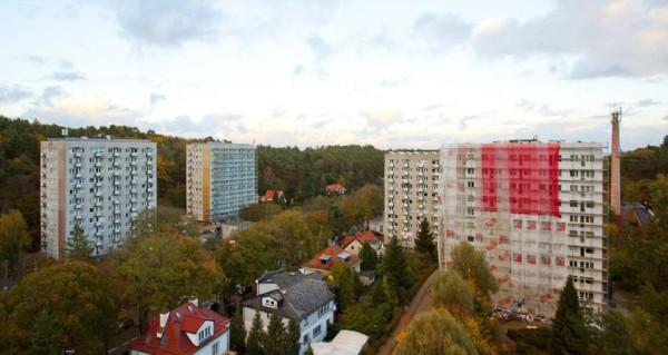 Przestrzeń za oknem, nawet jeśli samo mieszkanie i przylegający do niego balkon mają niewielki metraż, to jedna  z zalet mieszkań na wyższych piętrach. Na zdjęciu Sopot Przylesie.
