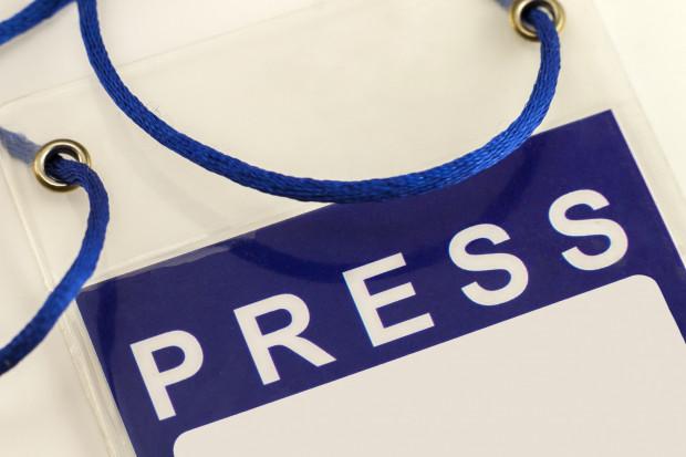 Zdobycie identyfikatora dla mediów na imprezę masową bywa niepokojąco łatwe.