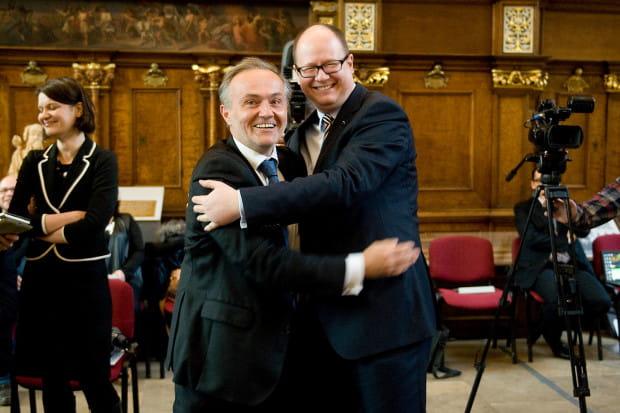 Z prezydentem Gdyni Wojciechem Szczurkiem po podpisaniu porozumienia korzystnego dla obu miast.