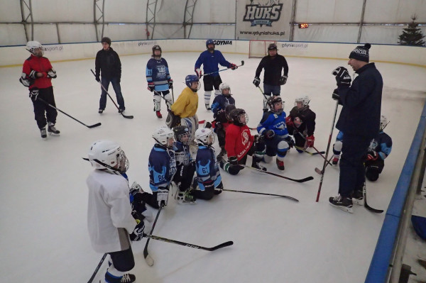 W Trójmieście można trenować rozmaite zimowe dyscypliny sportu. Na zdjęciu zajęcia młodych hokeistów Niedźwiadków Gdynia.