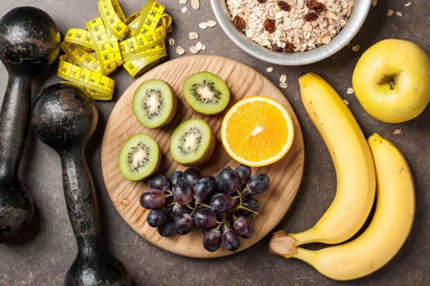Posiłek przed treningiem powinien być lekkostrawny i dostarczać węglowodanów o niskim indeksie glikemicznym, co pozwala nam na stopniowe uwalnianie  się energii.