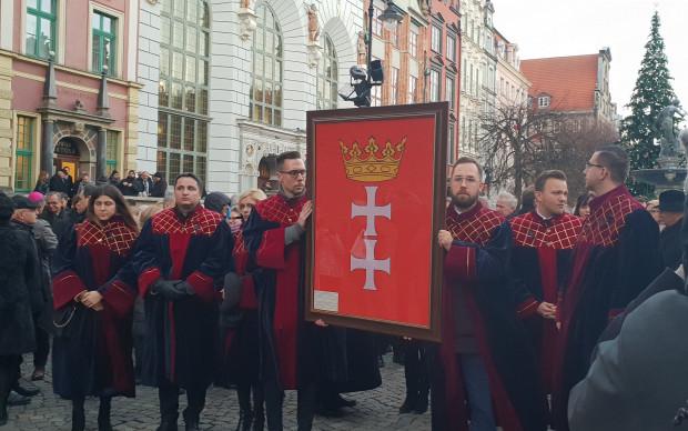 Gdańscy radni przed Dworem Artusa.