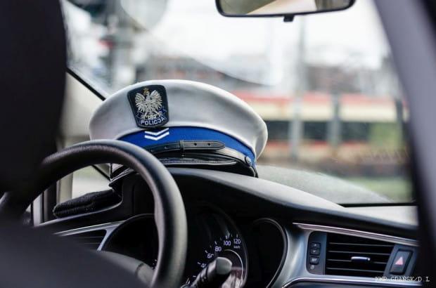 Dwa kilometry przejechał uciekający przed policją kierowca, zanim porzucił auto.