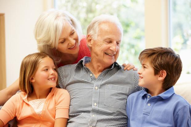 Dziś dziadkowie są aktywniejsi, zdrowsi, żyją dłużej, dlatego też inaczej spędzają czas z wnukami niż dziadkowie sprzed paru dekad.