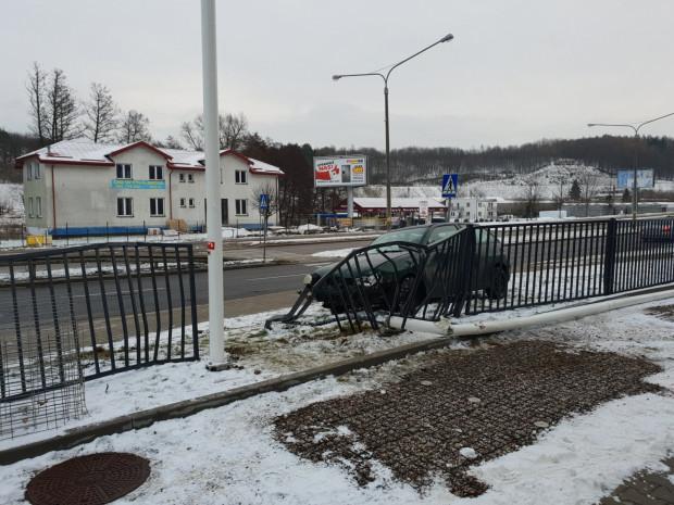 Auto po poślizgu zatrzymało się dopiero na ogrodzeniu, zaraz za przystankiem autobusowym i tuż przed przejściem dla pieszych.