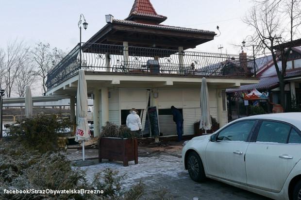 Mimo szybko udzielonej pomocy medycznej kierowcy opla, który wjechał w budynek restauracji nie udało się uratować.