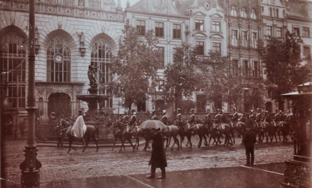 Parada Czarnych Huzarów na ul. Długi Targ w Gdańsku. Zdjęcie z początku XX wieku.