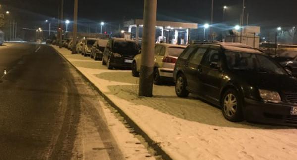Śnieg i zastawiony chodnik przeszkadzają pasażerom wysiadającym na końcowym przystanku.