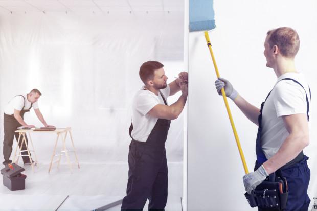 W przypadku kompleksowego wykończenia wnętrz, właściciel mieszkania nie musi się martwić o dostarczanie materiałów czy doglądanie ekipy budowlanej.
