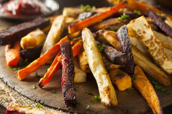 Zamiast smażyć w oleju, domowe frytki lepiej upiec. I to nie tylko z ziemniaków, ale i innych warzyw.