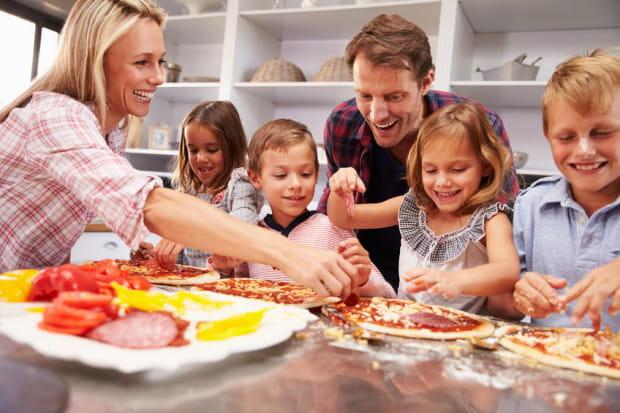 Zrobienie pizzy w domu to szybka i prosta sprawa.
