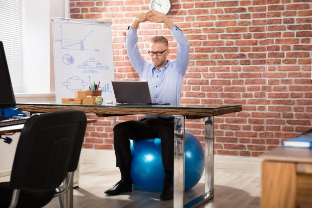 Piłki do siedzenia to popularny sposób na wzmacnianie mięśni kręgosłupa w pracy.