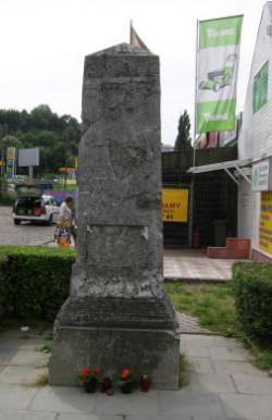 Pod tym obeliskiem znaleziono dokumenty z 1923 roku.