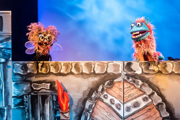 Książę Papusz (po prawej) od Ciotki Klary (po lewej) dowiaduje się, dlaczego jego bliskich przy nim nie ma. Niezrażony przeciwnościami losu postanawia ich odnaleźć.