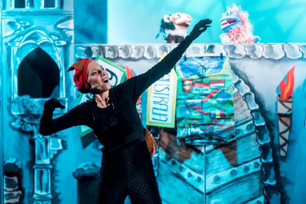 Nie wszyscy bohaterowie sprowadzeni są do pomysłowej lalki. W Pana Ślimaka wciela się Hanna Łubieńska.
