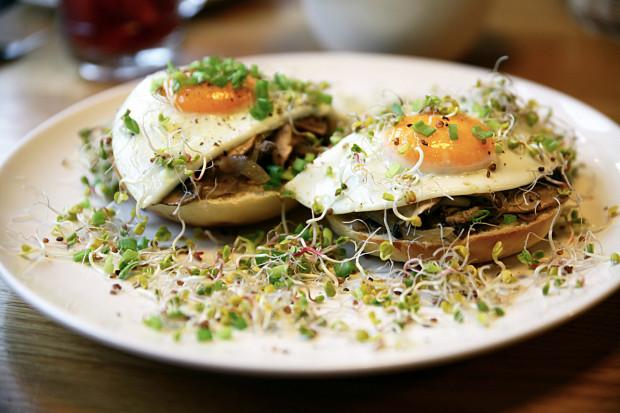 Brioszka na ciepło z jajkiem sadzonym i pieczarkami.