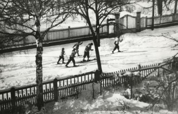 """Wyprawa na narty rodziny Szymborskich, Sopot, 1947 r.  (ze zbiorów Andrzeja Szymborskiego). Zdjęcie z książki """"Mewa na patyku""""."""