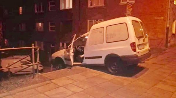 """Prowadzone przez 41-latka auto """"zawisło"""" na schodach kilkadziesiąt centymetrów przed schodzącym akurat nimi 3-letnim chłopcem."""