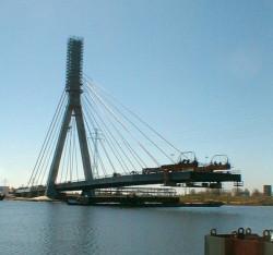 Tak kilkanaście lat temu wyglądała budowa mostu wantowego nad lustrem Martwej Wisły będącego częścią Trasy Sucharskiego. Teraz, na drugim końcu rzeki, droga przejdzie pod jej dnem w ramach budowy Trasy Słowackiego.