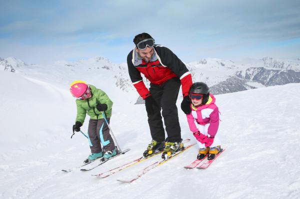 Zima to przede wszystkim czas, gdy najmłodsi chętnie spędzają wolne chwile na powietrzu, zwłaszcza jeśli sprzyja pogoda i jest choć trochę śniegu, i gdy można uprawiać sporty zimowe.