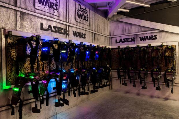 W zabawie laserowym paintballu w jednej grze mogą wziąć udział nawet 24 osoby.