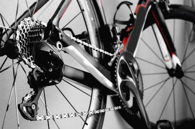 Łańcuch w rowerze nie powinien być ani całkiem suchy, ani oklejony smarem.