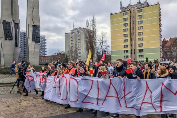 W ciągu 30 minut od wymarszu spod Dworu Artusa, młodzi ludzie dotarali na plac Solidarności.