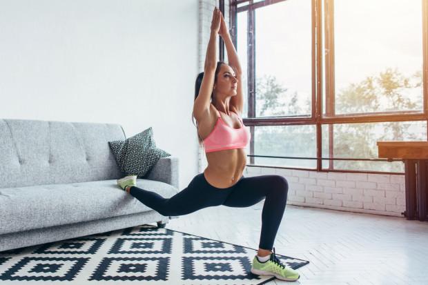 Wbrew pozorom trening w domu może być wykonany przy zachowaniu szerokiego wachlarza ćwiczeń.