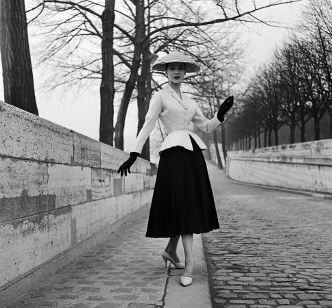 Projekt Christiana Diora z 1947 roku. Na zdjęciu New Look, który zmienił bieg historii kobiecej mody.