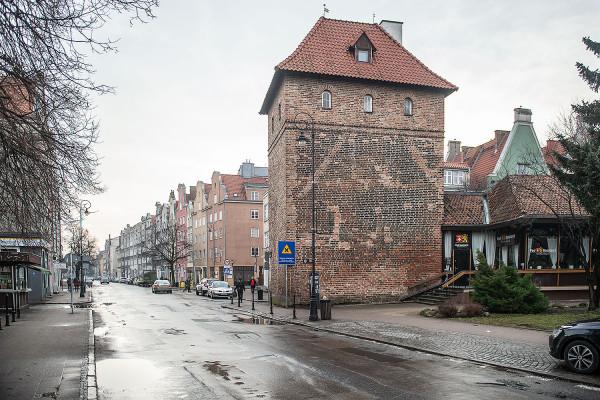 Prostokątna baszta jest elementem Bramy Szerokiej, która została rozebrana w pierwszej połowie XIX wieku.