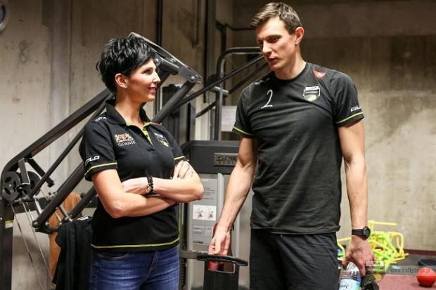 Monika Najda jest trenerem mentalnym siatkarzy Trefla Gdańsk. Na zdjęciu z Wojciechem Grzybem.