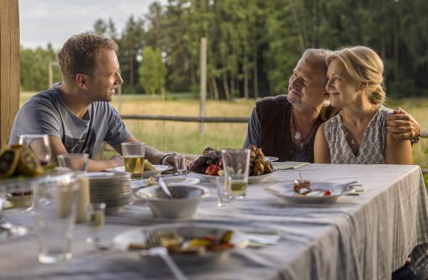 """W """"Planecie Singli 3"""" spotkamy dobrze znane już postaci, nie zabraknie też nowych bohaterów na czele z Maxem (Bogusław Linda) i Jadwigą (Maria Pakulnis), rodzicami Tomka. Polska wieś przeżyje prawdziwe trzęsienie ziemi w starciu wybuchowych charakterów."""