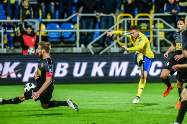 Czy piłkarze Arki Gdynia pierwszy raz od 2006 roku zdobędą gola i wygrają na inauguracje wiosny w ekstraklasie? Na zdjęciu strzela Maciej Jankowski, blokuje Bartosz Rymaniak, kapitan Korony Kielce.