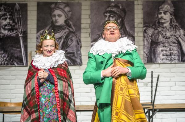 """Bajka opiera się na motywie baśni """"Śpiąca królewna"""", więc Król (Piotr Łukawski) i Królowa (Monika Chomicka-Szymaniak) wyprawią pamiętne szesnaste urodziny córce, na którą zaklęcie  rzuciła podła Hulababula."""