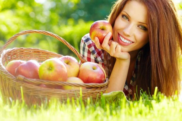 Sok owocowy nie zastąpi świeżych, surowych owoców. Warto je jeść 1-2 razy dziennie.