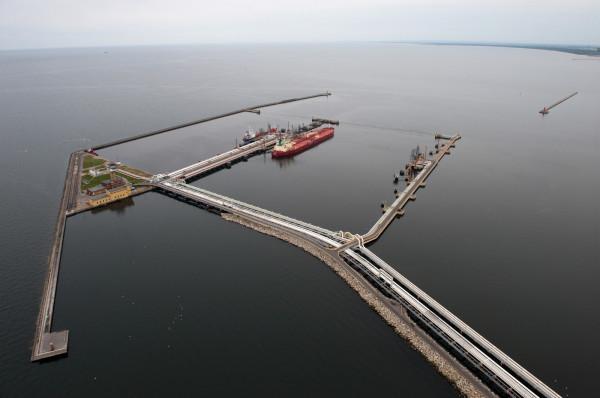 Na terminal Naftoportu składa się pięć stanowisk przeładunkowych z możliwością obsługi największych zbiornikowców oceanicznych zawijających na Morze Bałtyckie.