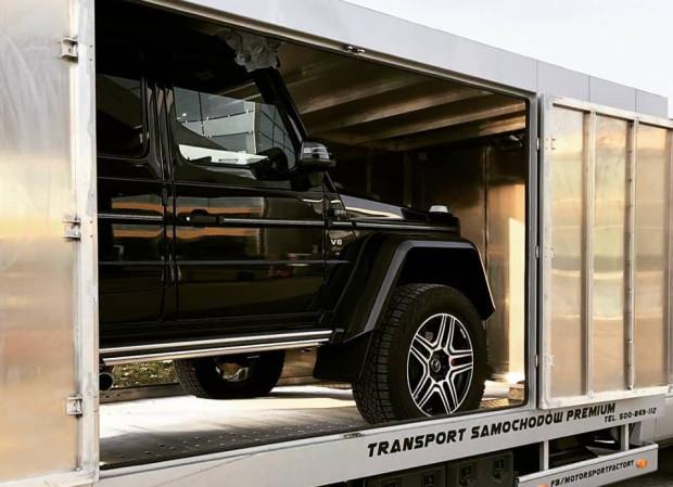 Obszerny kontener jest w stanie pomieścić sporych rozmiarów auta.