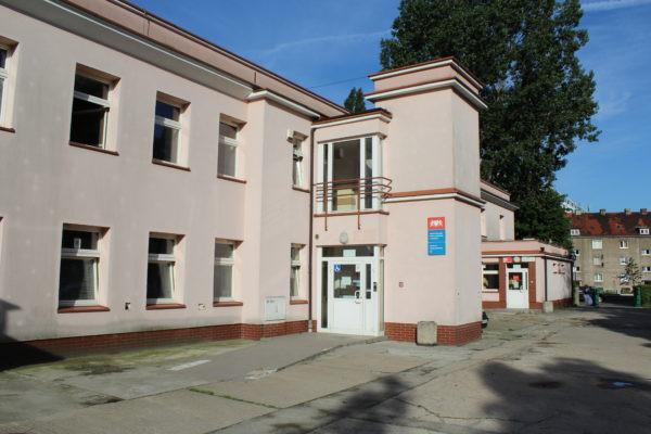 Centrum Pracy Społecznej nr 2 mieści się przy ul. Gustkowicza 13 w Nowym Porcie. To tu można otrzymać bony do realizacji w Sklepie społecznym, który zlokalizowany jest przy ul. Wolności 52.