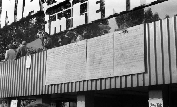 Oryginalne tablice z 21 postulatami Międzyzakładowego Komitetu Strajkowego udało się zachować i można je oglądać w Europejskim Centrum Solidarności. Dokumentów podpisanego wówczas w Gdańsku porozumienia odnaleźć jednak nie sposób.